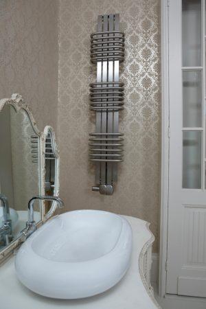 futuristische badkamer radiator rvs
